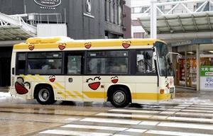 利用者の減少が続くコミュニティーバス「すまいる」=12月13日、福井市中央1丁目