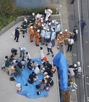 複数の人が刺され、騒然とする現場付近=5月28日午前8時23分、川崎市多摩区(共同通信社ヘリから)