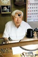 今年100歳を迎える時計修理職人の石田要一さん=9月3日、福井市