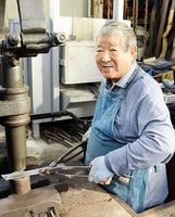 「体が動く限り作り続けたい」と話す高村利幸さん=福井県越前市池ノ上町の高村刃物製作所