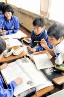 紙面の改善点について話し合う児童たち=18日、福井県鯖江市片上小