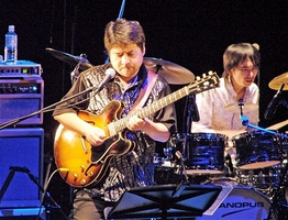 2006年、地元福井で円熟味を増した演奏を披露する松原正樹さん=福井市の響のホール