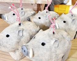 愛らしい表情のイノシシの置物=12月3日、福井県越前町小曽原の「風来窯」