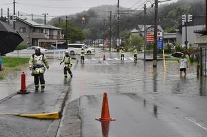 福井市内、大雨で道路が冠水した=7月7日午前9時ごろ、福井市三留町