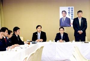 自民党の北陸新幹線整備プロジェクトチームの会合であいさつする高木毅座長(右)=11月21日、党本部