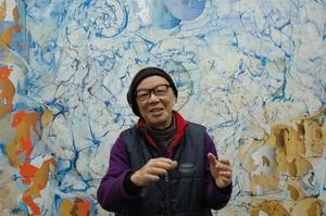 福井県越前町のアトリエで作品について語る宇佐美圭司さん=2012年2月