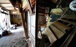 1階部分に土砂が流入した住宅。土砂崩れの30分ほど前に避難した住民は「仏壇がつぶれて位牌(いはい)も取り出せない。でも命があるだけよかったと思いたいね」と力なく話した=12日午前10時21分、千葉県富津市