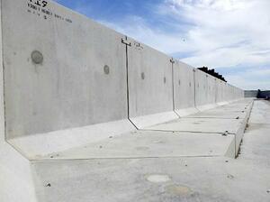 福島第1原発に完成した防潮堤の一部=16日(東京電力提供)