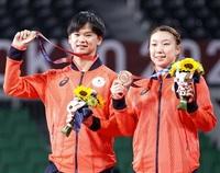 東京五輪バド混合複銅メダリスト 誕生祝いに越前漆器 渡辺選手、ペアの東野選手へ 産地・鯖江明るい話題「うれしい」