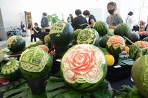 果物や石けんに刻んだ繊細な彫刻美