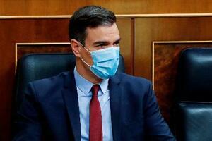マスク姿で議会に出席するスペインのサンチェス首相=5月20日、マドリード(AP=共同)