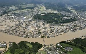 豪雨の影響で球磨川が氾濫し、水に漬かった熊本県人吉市の市街地=7月4日午前11時48分(共同通信社ヘリから)