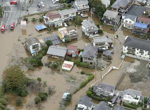 記録的な大雨により浸水被害を受けた千葉県佐倉市の住宅地=10月26日午前9時5分(共同通信社ヘリから)