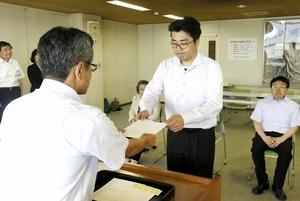 辞令を受け取る特定集落支援員=7月16日、福井市役所