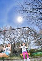 初夏を思わせる強い日差しの中、半袖姿で遊ぶ子どもたち=16日午後0時40分ごろ、福井県坂井市春江町の江留上旭公園