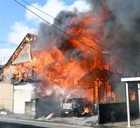 福井で住宅2棟全焼 1人けが