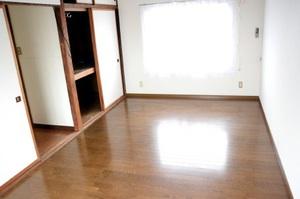 5年前に男性が孤独死したマンションと同じ間取りの部屋。男性は窓側に敷かれた布団の上に横たわっていた=福井市内