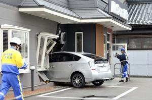 店内に突っ込んだ車=3月11日午前11時20分ごろ、福井県鯖江市有定町1丁目のマクドナルド西鯖江店