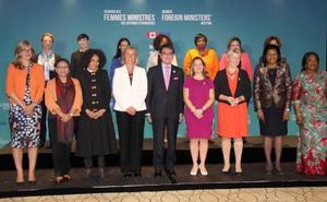 記念撮影に応じる河野外相(中央)と、カナダのフリーランド外相(前列右から4人目)ら女性外相会議の出席者=21日、カナダ東部モントリオール(共同)
