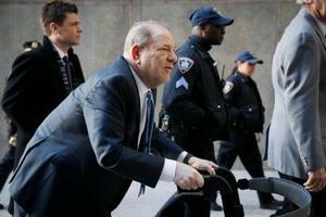 米ニューヨークの裁判所に到着したハーベイ・ワインスタイン被告=24日(AP=共同)