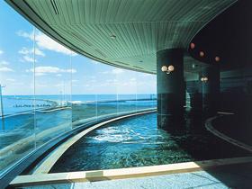 パノラマ展望風呂から日本海に沈む夕陽を眺めながら温泉に浸かる