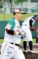 九回に本塁打を放った栃木の村田修一=福井県越前市の丹南総合公園野球場