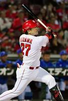 10回広島1死満塁、会沢が中越えにサヨナラ打を放つ=マツダ
