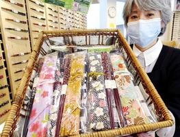 プレゼントされる若狭塗箸のマイ箸セット=福井県小浜市福谷の箸のふるさと館