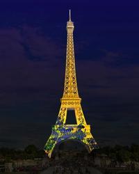エッフェル塔に友好の光