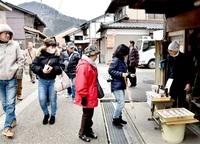 今庄宿、食べ歩き好評 ツアーバス前年度から倍増 購入券配布が寄与