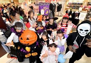 ハロウィーンの仮装をして店内をパレードする子どもたち=10月27日、福井県福井市の西武福井店