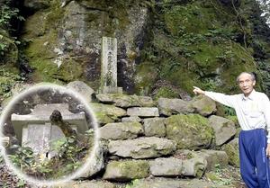 平維盛の墓標とされる石碑(中央)と、平家壁の中腹にある石のほこら「平家堂」(円内)=福井市赤谷町