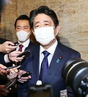 衆院本会議後、記者の質問に答える安倍前首相=24日午後、国会
