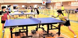 練習に励む卓球の福井商高女子選手。福井国体に向け、今年の愛媛国体が重要になる=同校体育館
