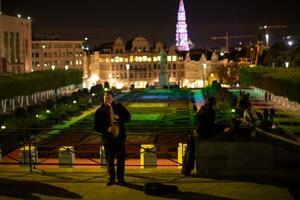 ベルギー・ブリュッセルの広場で、外出禁止措置の前にサックスを演奏するミュージシャン=23日(AP=共同)