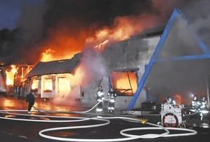 炎を上げて燃える建物=13日午前5時50分ごろ、福井県敦賀市田結
