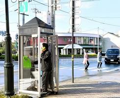 福井県内で現存するものの中で、設置年数が一番古い公衆電話=3日、福井市