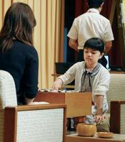 藤沢里菜女流本因坊(左)と公開対局する仲邑菫初段=25日午後、広島市