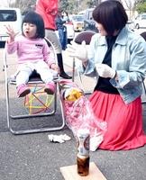 アルミ缶を使ったご飯炊きを楽しむ親子=3月、福井県福井市の福井県産業会館