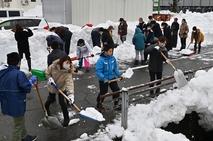 登下校安全に…保護者ら除雪に汗