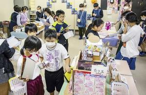 東郷地区が仮オープンさせた駄菓子屋は3日間で約260人が来店した=2020年10月、福井県の福井市東郷公民館