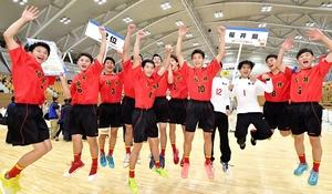 福井国体ハンドボール少年男子で準優勝した福井の選手たち=9月17日、福井県営体育館