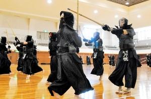国体少年強化合宿で汗を流す選手たち=福井市の県立武道館