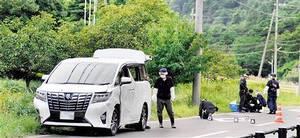 連れ去られた男性が乗っていた車や周辺の道路を調べる捜査員=15日午後3時50分ごろ、福井県高浜町和田