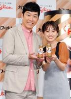 夫婦でイベントに登場したあべこうじさん(左)と高橋愛さん=7月31日、東京都内