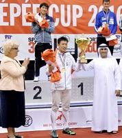 フェンシング男子エペの国際大会で優勝し、カップを手にする見延和靖(中央)=ドバイ