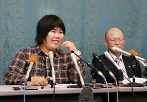 記者会見を前に笑顔を見せる西山美香さん(左)。右は井戸謙一弁護団長=23日午前、大津市