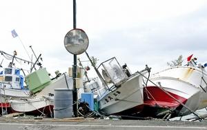 高波の影響で折り重なった小型漁船=1月9日午前10時ごろ、福井県越前町玉川の玉川漁港