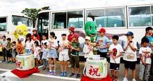 野外恐竜博物館のツアー参加者20万人突破を鏡開きで祝う子どもたち=8月15日、福井県勝山市の県立恐竜博物館