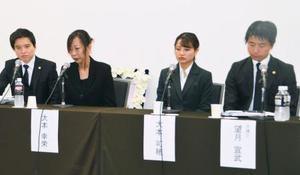 記者会見する大本萌景さんの母幸栄さん(左から2人目)と姉可穂さん(同3人目)=11日午後、東京都千代田区